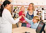 Apotheker geben Boy Lollipop im Speicher