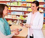 Pharmacien parler au patient en magasin