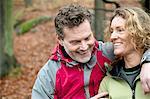 Älteres Paar im Wald