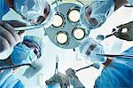 Low Angle View of vier Chirurgen bücken der Patient während des Betriebs