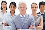 Nahaufnahme eines Ernst multikulturelle Teams hinter ihrem Chef vor weißem Hintergrund