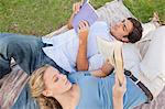 Junges Paar im Park ihre Bücher lesen