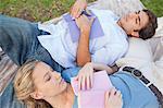Junges Paar schlafen beim Lesen im park