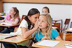 Kleine Mädchen in der Klasse zu sprechen
