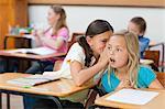 Junge Schulmädchen reden während des Unterrichts