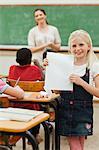 Lächelnd mädchen zeigen ihre Testergebnisse