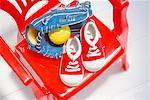 Chaussons bébé, Baseball, Baseball Glove sur chaise rouge