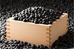 Boîte en bois rempli et entouré de la graine de nigelle