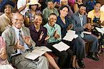 Congrégation applaudir à l'église