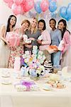 Frauen halten Geschenke auf ein Baby-Dusche