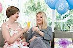 Zwei Frauen Toasten Getränke auf einer Baby-Dusche