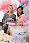 Zwei Frauen auf einer Baby-Dusche