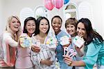 Schwangere asiatische Frau mit Freunden auf ein Baby-Dusche