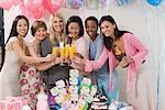 Schwangere Frau mit Freunden auf ein Baby-Dusche
