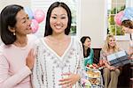 Schwangere asiatische Frau mit Mutter auf ein Baby-Dusche