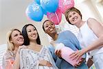 Schwangere asiatische Frau mit Freunden auf ein Babydusche, niedrigen Winkel