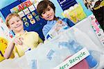 Élèves du primaire avec le conteneur de recyclage