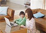 Mère et fils sur ordinateur portable
