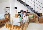 Famille regardant portable dans une salle de séjour