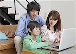 Famille regardant pour ordinateur portable