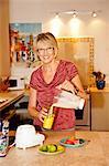 Femme faisant le smoothie dans un mélangeur de cuisine