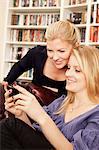 Zwei Frauen Blick auf Handy