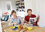 Couple d'âge mûr déjeuner à table