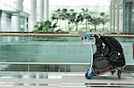 Chariot de bagage avec des bagages à l'aéroport