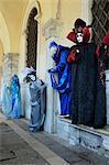 Maskierten Figuren im Kostüm im Karneval, Venedig, Veneto, Italien, Europe 2012