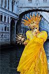 Maskierte Figur im Kostüm auf dem Jahrmarkt 2012 mit Ponte di Sospiri im Hintergrund, Venedig, Veneto, Italien, Europa