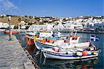 Pêche des bateaux dans la ville de Mykonos, l'île de Mykonos, Cyclades, îles grecques, Grèce, Europe