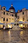 Gunduliceva Poljana carrés pendant la nuit avec le dôme de la cathédrale, vieille ville, patrimoine mondial UNESCO, Dubrovnik, Croatie, Europe