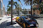 Luxe voiture garée sur Rodeo Drive, Beverly Hills, Los Angeles, Californie, États-Unis d'Amérique, l'Amérique du Nord