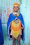Bonda Tribeswoman tragen blaue Baumwolle Schal über traditionelle Perlen Kostüm mit Mütze Perlen, große Ohrringe und Halsketten, Rayagader, Orissa, Indien, Asien Metall