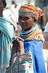 Lächeln Bonda Tribeswoman tragen Baumwolle Schal über traditionelle Perlen Kostüm, Perlen, GAP, große Ohrringe und Halsketten Metall, Rayagader, Orissa, Indien, Asien