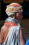 Bonda Tribeswoman tragen grau blau Baumwolle Schal und Perlen mit Perlen Kappe, große Ohrringe und Metall Ketten am wöchentlichen Markt, Rayagader, Orissa, Indien, Asien