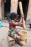 Mädchen Stampfen Essen, Lome, Togo, Westafrika, Afrika