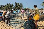 Pêcheurs de poissons en filets sur cette plage de surf populaire, durement touchées par le tsunami de 2004, Arugam Bay, Province orientale, Sri Lanka, Asie