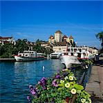 Bateaux d'excursion sur le Canal du Thiou, sous le château, Annecy, lac d'Annecy, Rhone Alpes, France, Europe