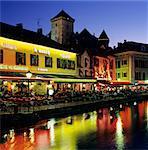 Canal côté restaurants au-dessous du château à la nuit tombante, Annecy, lac d'Annecy, Rhone Alpes, France, Europe
