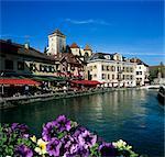 Restaurants côté canal au-dessous du château, Annecy, lac d'Annecy, Rhone Alpes, France, Europe