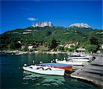 Bord de bateaux à rames le long du lac, Talloires, lac d'Annecy, Rhone Alpes, France, Europe