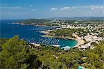 Blick über Llafranc und Cap Roig von Cap de St. Sebastia, in der Nähe von Palafrugell, Costa Brava, Katalonien, Spanien, Mittelmeer, Europa