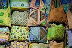 Bestickte Taschen zum Verkauf auf dem Markt der Sharia el Souk in Aswan, Ägypten, Nordafrika, Afrika
