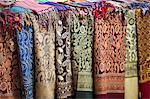 Écharpes et châles en vente au marché de Souk el la charia à Assouan, en Égypte, en Afrique du Nord, Afrique