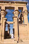 Mann im weißen Jellabiya vor der Kiosk des Trajan auf Philae Tempel, UNESCO Weltkulturerbe, Nubien, Ägypten, Nordafrika, Afrika