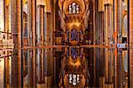 Die wunderschöne Kirchenschiff und die Schriftart der Salisbury Cathedral, Wiltshire, England, Großbritannien, Europa