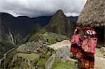 Traditionnellement vêtus des enfants à la recherche sur les ruines de la cité Inca du Machu Picchu, patrimoine mondial de l'UNESCO, montagnes de Vilcabamba, Pérou, Amérique du Sud