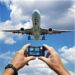 Hände halten digitale Kamera fotografieren Jumbo Jet Landung am Pearson Intermational Airport, Toronto, Ontario, Kanada