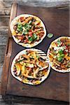 Gegrillte Mini-Pizzas mit Chicken, Avocado, Basilikum, Koriander, gebackenen Bohnen, Hot Peppers und Salsa